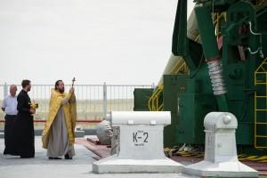 En russisk ortodoks præst velsigner Soyuz raketten inden en opsendelse til den internationale rumstation ISS, maj 2012 (©NASA/ Bill Ingalls).